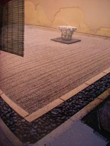 Kyoto-giardino Zen dell'abitazione dell'arch.S. Sirai con capitello corinzio di epoca  romana portato da Londra
