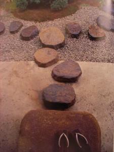Queste pietre rotonde e piatte costituiscono un passaggio a forma di disegno grafico