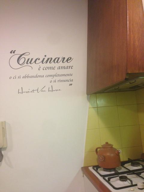 Idee appiccicose una casa non a caso for Scritte adesive cucina